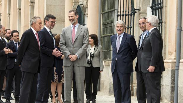 El rey Felipe VI preside la reunión del Consejo Científico del Real Instituto Elcano. En la imagen, junto al alcalde del Real Sitio de San Ildefonso, José Luis Vázquez