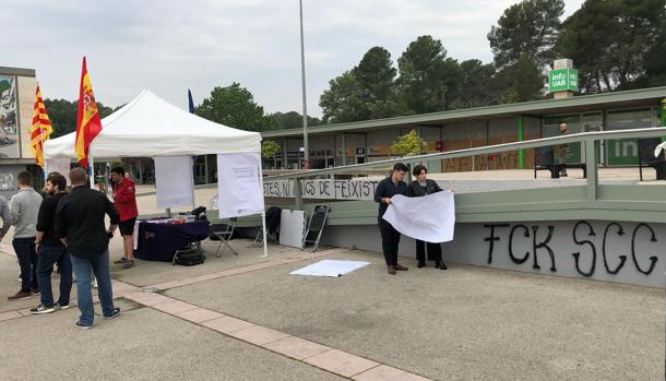 Jóvenes de SCC instalando la carpa informativa, este lunes