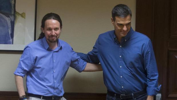 Pablo Iglesias y Pedro Sánchez durante una reunión en el Congreso de los Diputados en julio del pasado año
