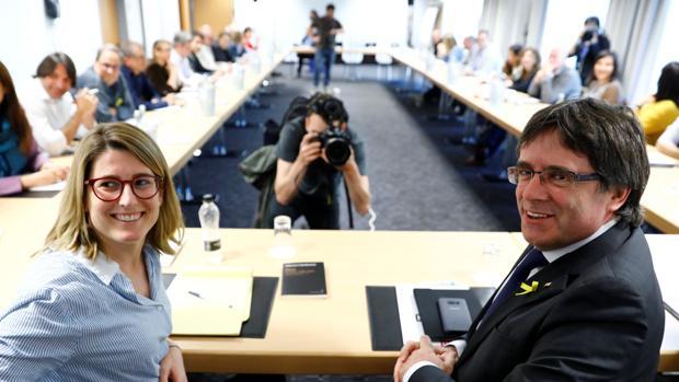 El expresidente cesado y la portavoz de Junts per Catalunya, Elsa Artadi, en Berlín