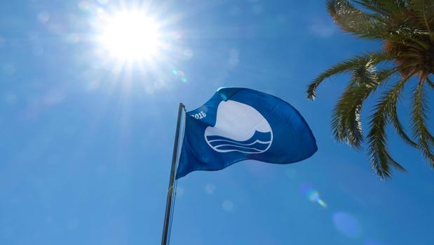 La bandera azul ondea en la playa del Postiguet de Alicante
