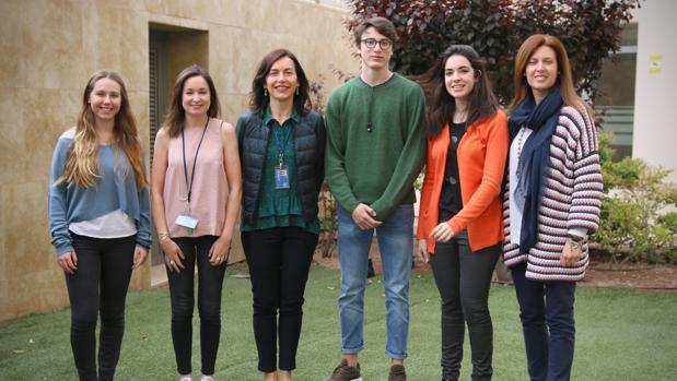 Los tres alumnos que han llegado a la final del European Youth Parliament, junto a profesores del Caxton College