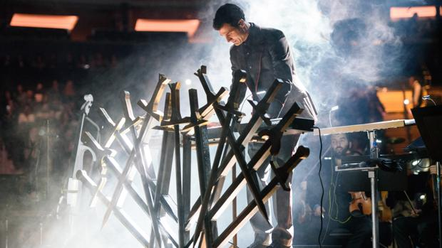 La música se mezcla con imágenes de la serie en las pantallas