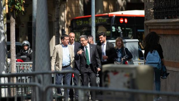 Enric Millo, en el centro de la imagen, esta tarde a su llegada a la sede de la Delegación