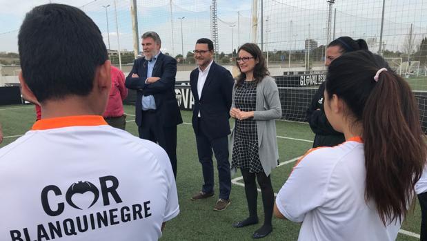 Oltra con los coordinadores del proyecto de la Fundació València CF