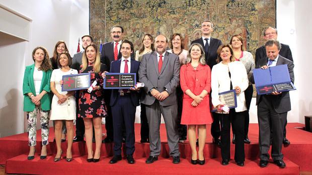 Los representantes de las cuatro empresas premiadas, con los miembros del Gobierno regional