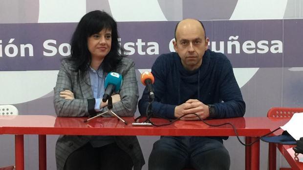Eva Martínez Acón junto a José Manuel Cereijo, uno de los cargos que han presentado su dimisión, durante una rueda de prensa el pasado mes de marzo