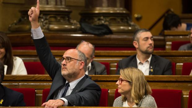 Los portavoces de Junts per Catalunya Elsa Artadi y Eduard Pujol en el Parlament