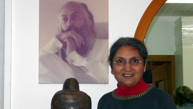 Sheela, junto a un retrato del gurú indio Bhagwan Shree Rajneesh