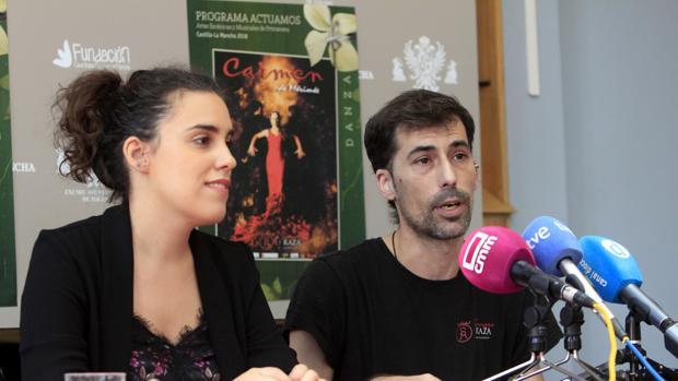 La concejal Inés Sandoval y el director de escena, Carlos Fajardo, ayer en la presentación del espectáculo