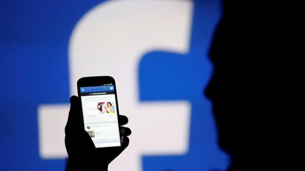 El detenido creó un perfil en Facebook de una chica adolscente y así ganaba la confianza de alumnas