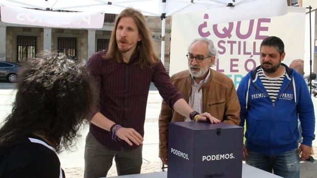 El secretario general de Podemos CyL, Pablo Fernández, informó este pasado martes en Zamora sobre la campaña «Las personas, lo primero. ¿Qué Castilla y León quieres?»