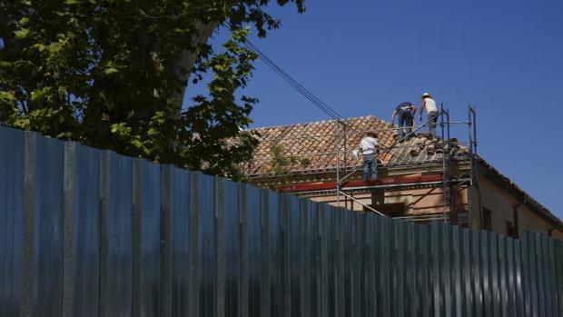 Varios operarios trabajan en las obras de El Capricho
