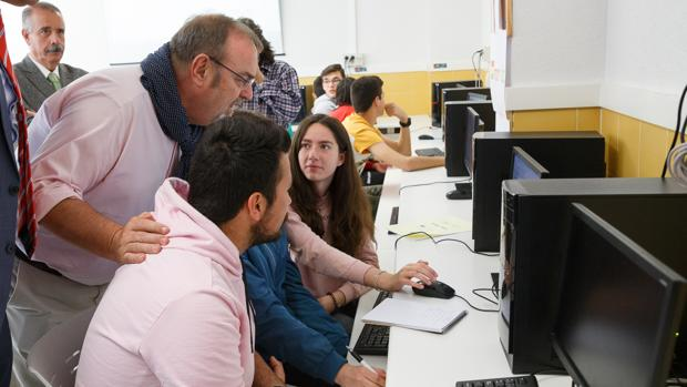 El consejero de Educación, Fernando Rey, este pasado martes visitando varios centros educativos de la comarca de Aliste
