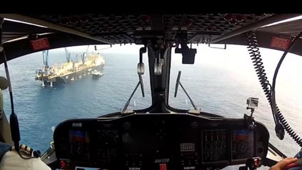 Vuelo en helicóptero llegando a la plataforma empleada por ENI
