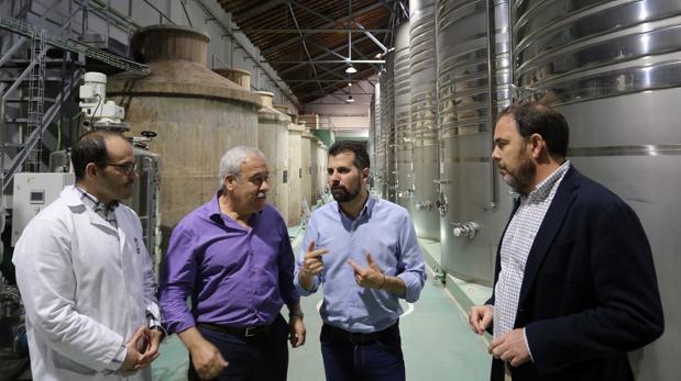 Tudanca visitó este pasado martes la bodega Cuatro Rayas en la Seca (Valladolid)