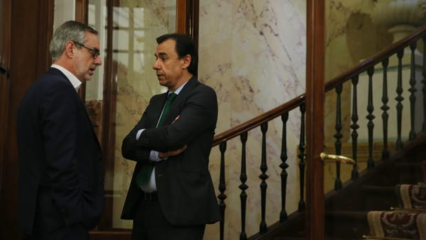 El secretario general de Ciudadanos, José Manuel Villegas, y el coordinador general del PP, Fernando Martínez-Maillo, este miércoles en el Congreso