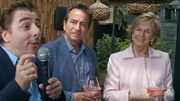 Jordi Roca, Bruno Colomer, enólego del grupo, y Mar Raventós, presidenta de Codorníu.