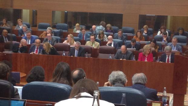 Los escaños de los populares en la Asamblea de Madrid, con el sillón vacío, por la ausencia de Cifuentes