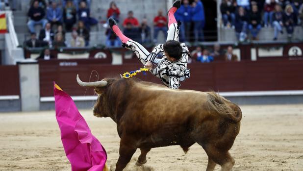 Cogida de Gonzalo Caballero durante la corrida goyesca del Dos de Mayo en Las Ventas