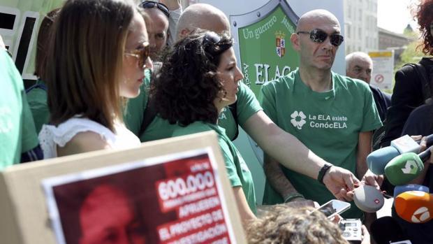 Familiares y personas que apoyan a Jesús Gómez atienden a los medios de comunicación