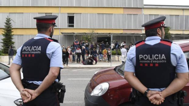 Dos mossos frente a un colegio electoral el 1-O