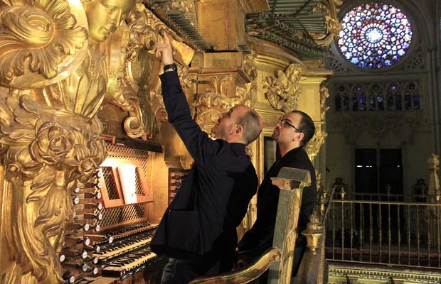 Juan José Montero muestra a Carlo María Barile el funcionamiento del órgano de Echevarría