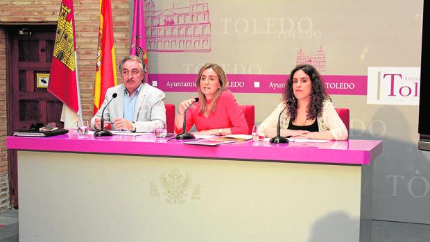 La alcaldesa Milagros Tolón, ayer entre Juan Carlos Fernández Layos, director de los programas de empleo municipal y la concejala Inés Sandoval