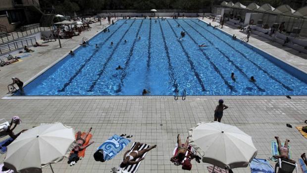 Una piscina municipal en una imagen de archivo
