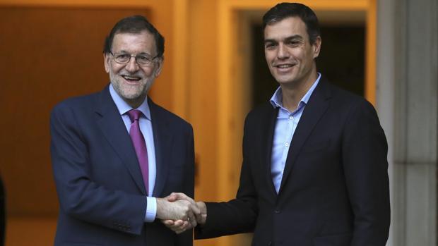 Rajoy estrecha la mano a Sánchez, en una imagen de archivo