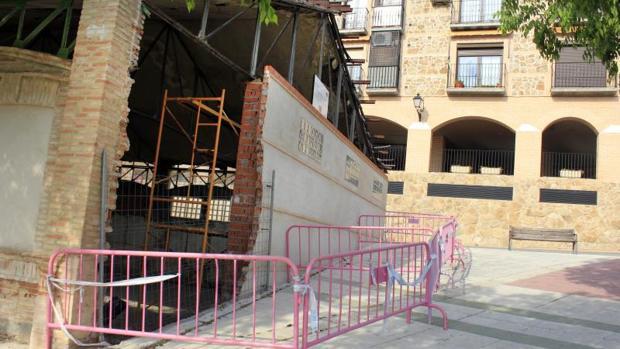 El pasado 27 de diciembre, un coche a cuyo condcutor se le olvidó echar el freno de mano se empotró contra el gimnasio de San Lázaro, derribando parte de uno de los muros. El agujero sigue sin arreglarse