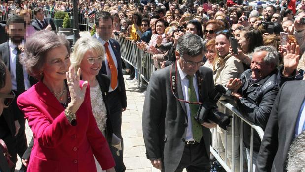 Doña Sofía saluda a los vecinos de Aguilar de Campoo (Palencia) durante su visita a las Edades del Hombre