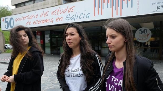 Alumnas críticas con las palabras del docente, frente a la facultad de Económicas