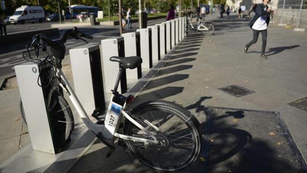 Una bicicleta de Bicimad en mal estado, el pasado mes de octubre, en la estación de Paseo del Prado
