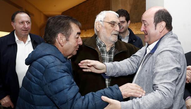 Ortuzar (i), junto a varios militantes del PNV