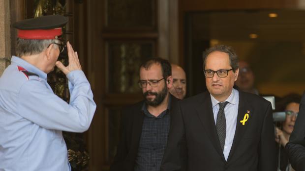 El candidato Quim Torra saliendo del Parlament