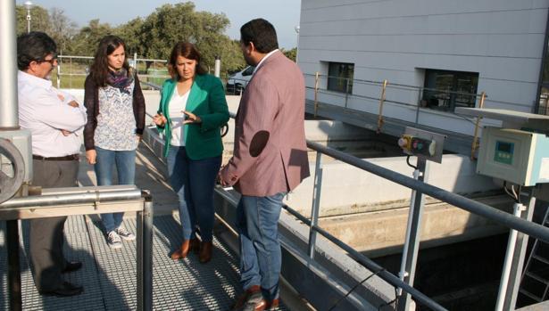 García Élez, en Navalcán, durante una visita a la planta potabilizadora
