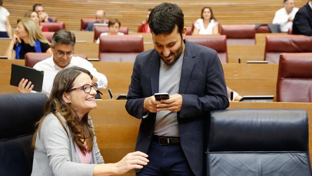 Imagen de archivo de Vicent Marzà y Mónica OLtra en las Cortes Valencianas