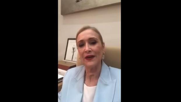 La expresidenta de la Comunidad, en un momento del vídeo, sola, en su despacho de Sol