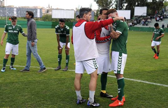 Los jugadores del CD Toledo, desolados tra consumarse ayer el decenso a Tercera División