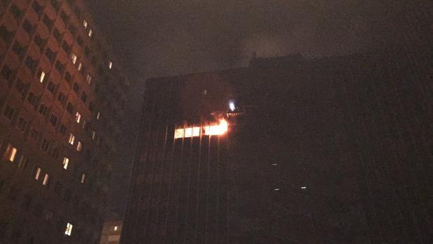 El edificio afectado, durante el incendio