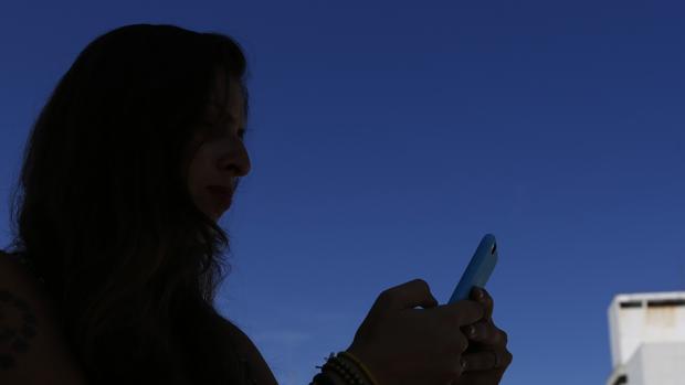 Los estafadores contactan con sus víctimas a través de las redes