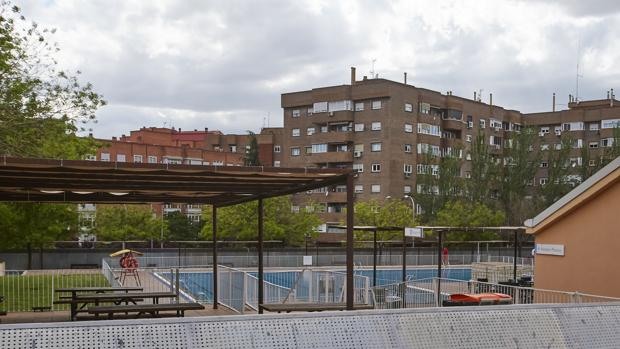 La piscina de Peñuelas, ayer a mediodía, vacía de público
