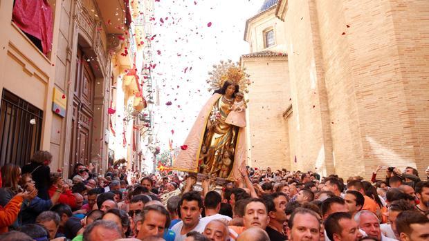 Imagen del traslado de la Virgen de los Desamparados este domingo