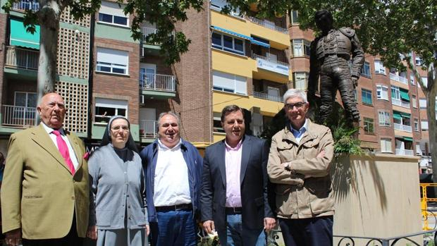 Las autoridades junto a la estatuta del torero, este domingo en Albacete