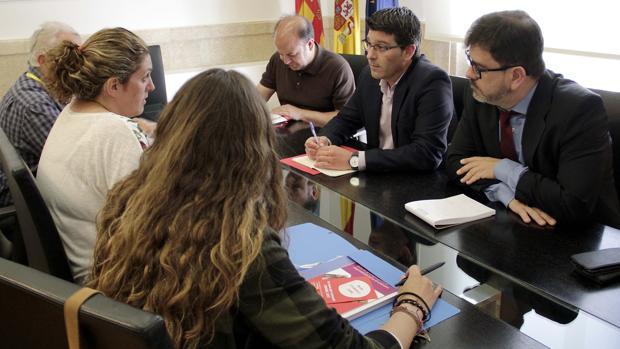 El presidente de la Diputació de València, Jorge Rodríguez, y el diputado Emili Altur, con la Coordinadora Valenciana de ONG's