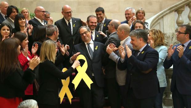 El nuevo presidente de la Generalitat, Quim Torra, aplaudido por los miembros de su partido