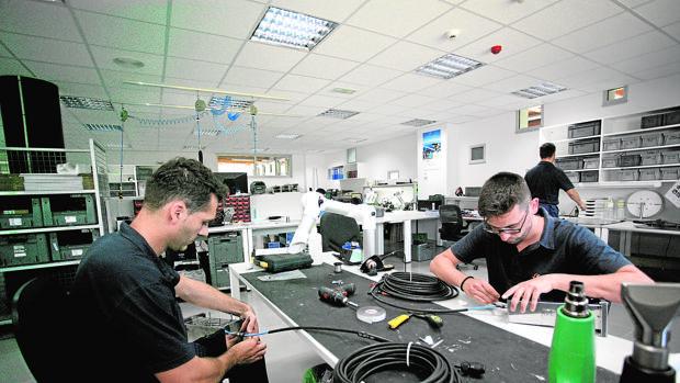 Trabajadores en las instalaciones de Marine Instruments, especializada en boyas satelitales, en Nigrán