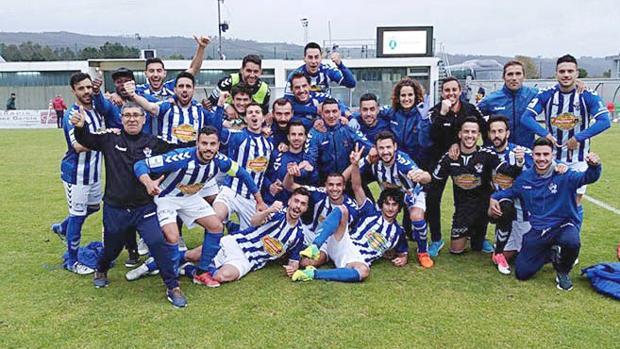 Los jugadores del CF Talavera celebran la victoria por 0-2 en el campo del Cerceda