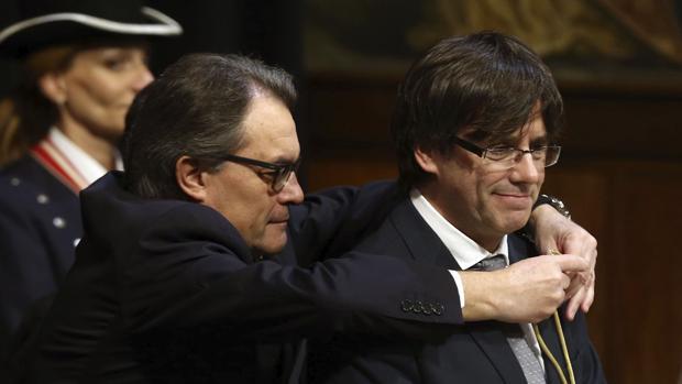 Artur Mas impone la medalla representativa del cargo a Carles Puigdemont en enero de 2016